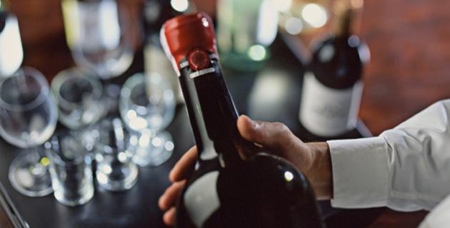Wie man Wein den Gästen am Tisch richtig serviert