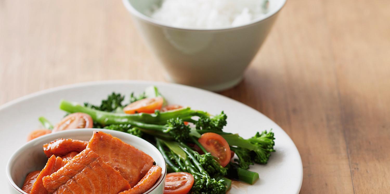 Teriyaki-Lachs mit würzigem Gemüse und Reis