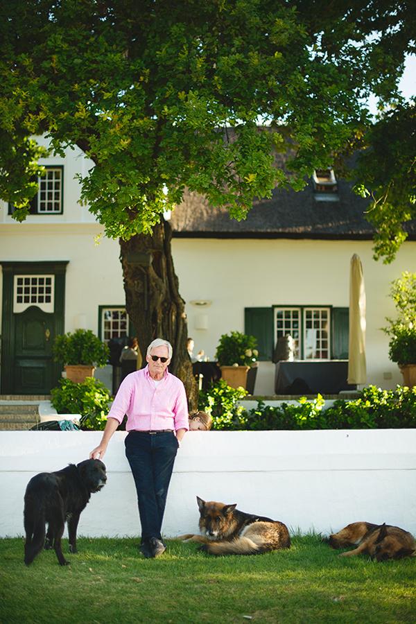 Strumpfwarenunternehmer Franz-Peter Falke vor seinem Farmhaus