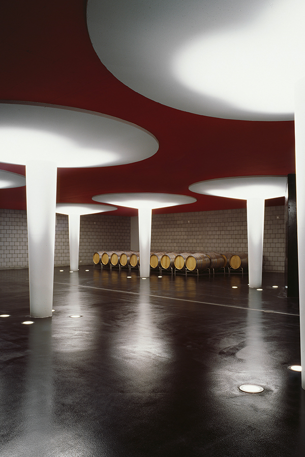 Überdimensionale weisse Heftzwecke bewachen die wertvollen Weinfässer.